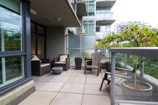 "Photo 1: 356 108 W 1ST Avenue in Vancouver: False Creek Condo for sale in ""WALL CENTRE"" (Vancouver West)  : MLS®# R2455556"