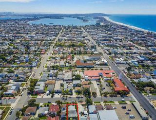 Photo 3: PACIFIC BEACH House for sale : 3 bedrooms : 1050 Chalcedony St in San Diego