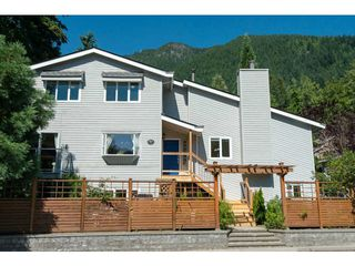 Photo 3: 5615 HONEYSUCKLE Place in North Vancouver: Grouse Woods House for sale : MLS®# V1078891