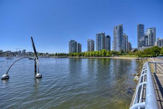 "Photo 4: 105 1383 MARINASIDE Crescent in Vancouver: Yaletown Townhouse for sale in ""COLUMBUS"" (Vancouver West)  : MLS®# R2478306"