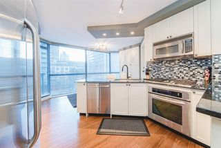 """Photo 2: 101 1415 W GEORGIA Street in Vancouver: Coal Harbour Condo for sale in """"Palais Georgia"""" (Vancouver West)  : MLS®# R2478670"""