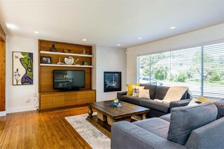Photo 1: 15760 RUSSELL Avenue: White Rock House for sale (South Surrey White Rock)  : MLS®# R2401494