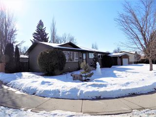 Photo 2: 401 Tache Crescent in Saskatoon: Pacific Heights Residential for sale : MLS®# SK800576