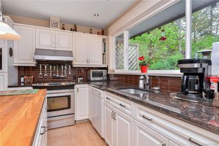 Photo 3: 385 IVOR Rd in Saanich: SW Prospect Lake House for sale (Saanich West)  : MLS®# 833827