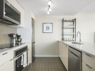 """Photo 10: 2109 788 HAMILTON Street in Vancouver: Downtown VW Condo for sale in """"TV Towers"""" (Vancouver West)  : MLS®# R2390365"""