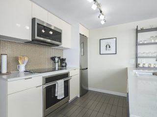 """Photo 11: 2109 788 HAMILTON Street in Vancouver: Downtown VW Condo for sale in """"TV Towers"""" (Vancouver West)  : MLS®# R2390365"""