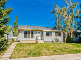 Photo 1: 6920 15 Avenue SE in Calgary: Applewood Park Detached for sale : MLS®# A1031724