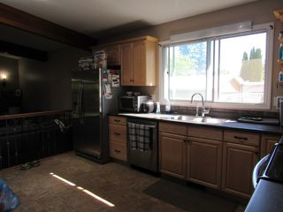 Photo 4: 35 Lorraine Crescent in St. Albert: House for rent