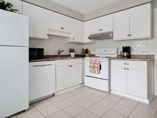 Photo 8: 10 35 WATERMAN Avenue in London: South R Residential for sale (South)  : MLS®# 220905