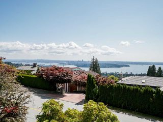 Photo 2: 2339 WESTHILL Drive in West Vancouver: Westhill House for sale : MLS®# R2528029