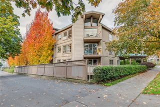 Photo 3: 402 1055 Hillside Ave in : Vi Hillside Condo for sale (Victoria)  : MLS®# 858795