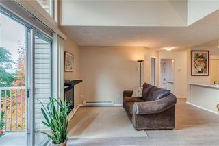 Photo 5: 402 1055 Hillside Ave in : Vi Hillside Condo for sale (Victoria)  : MLS®# 858795