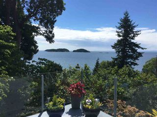 "Photo 2: 7060 DALE Road in Sechelt: Sechelt District House for sale in ""CALETA ESTATES"" (Sunshine Coast)  : MLS®# R2423298"