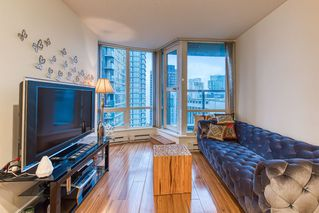 """Photo 4: 2302 1166 MELVILLE Street in Vancouver: Coal Harbour Condo for sale in """"ORCA PLACE"""" (Vancouver West)  : MLS®# R2407401"""