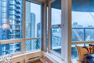 """Photo 5: 2302 1166 MELVILLE Street in Vancouver: Coal Harbour Condo for sale in """"ORCA PLACE"""" (Vancouver West)  : MLS®# R2407401"""