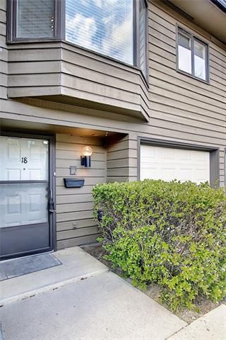 Photo 3: 18 23 GLAMIS Drive SW in Calgary: Glamorgan Row/Townhouse for sale : MLS®# C4293162