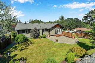 Photo 2: 1063 Chesterfield Rd in Saanich: SW Strawberry Vale House for sale (Saanich West)  : MLS®# 844474