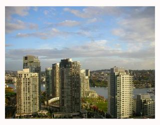"Photo 3: 2302 1455 HOWE Street in Vancouver: False Creek North Condo for sale in ""POMARIA"" (Vancouver West)  : MLS®# V673525"