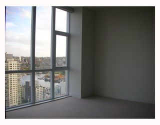 "Photo 7: 2302 1455 HOWE Street in Vancouver: False Creek North Condo for sale in ""POMARIA"" (Vancouver West)  : MLS®# V673525"