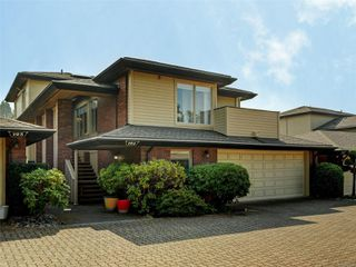 Photo 1: 124 2345 Cedar Hill Cross Rd in : OB Henderson Row/Townhouse for sale (Oak Bay)  : MLS®# 855560