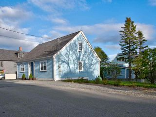 Photo 2: 58 Cumberland Street in Lunenburg: 405-Lunenburg County Residential for sale (South Shore)  : MLS®# 202009280