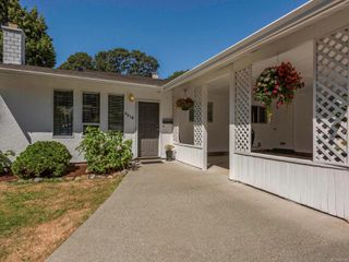 Photo 2: 4618 Falaise Dr in : SE Broadmead House for sale (Saanich East)  : MLS®# 850985