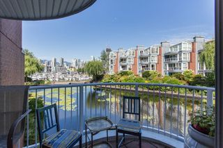Photo 2: 1523 MARINER WALK in Vancouver: False Creek Townhouse for sale (Vancouver West)  : MLS®# R2367455
