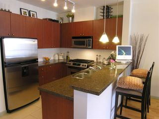 """Photo 3: 410 14 E ROYAL Avenue in New_Westminster: Fraserview NW Condo for sale in """"VICTORIA HILL"""" (New Westminster)  : MLS®# V655718"""