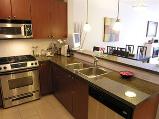 """Photo 5: 410 14 E ROYAL Avenue in New_Westminster: Fraserview NW Condo for sale in """"VICTORIA HILL"""" (New Westminster)  : MLS®# V655718"""