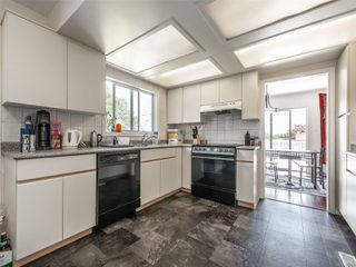 Photo 4: 998 Karen Cres in : SE Quadra House for sale (Saanich East)  : MLS®# 859390
