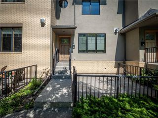 Photo 2: 4 535 33 Street NW in Calgary: Parkdale Row/Townhouse for sale : MLS®# C4305814