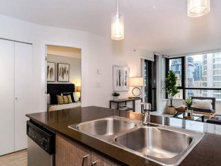 "Photo 5: 1810 909 MAINLAND Street in Vancouver: Yaletown Condo for sale in ""YALETOWN PARK II"" (Vancouver West)  : MLS®# R2518845"