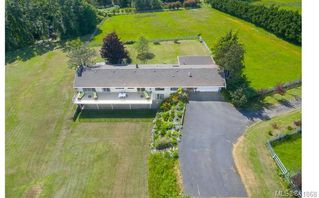 Photo 2: 3285 Livesay Rd in Central Saanich: CS Martindale House for sale : MLS®# 841868