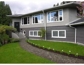Photo 1: 124 E CARISBROOKE Road in North Vancouver: Upper Lonsdale House for sale : MLS®# V711676