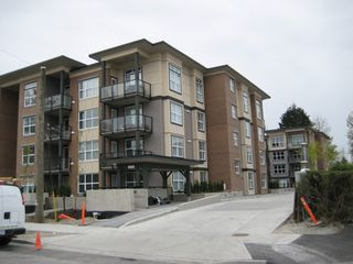 Photo 3: 416 10707 139th Street in Surrey: Condo for sale
