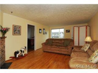 Photo 3: 3213 Doncaster Drive in VICTORIA: SE Cedar Hill Single Family Detached for sale (Saanich East)  : MLS®# 273975