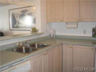 Photo 3: 205 951 Topaz Ave in VICTORIA: Vi Hillside Condo for sale (Victoria)  : MLS®# 514982