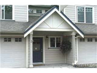 Photo 1: 2 2650 Shelbourne St in VICTORIA: Vi Oaklands Row/Townhouse for sale (Victoria)  : MLS®# 439697
