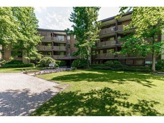 "Photo 2: 105 10644 151A Street in Surrey: Guildford Condo for sale in ""LINCOLN'S HILL"" (North Surrey)  : MLS®# R2431314"
