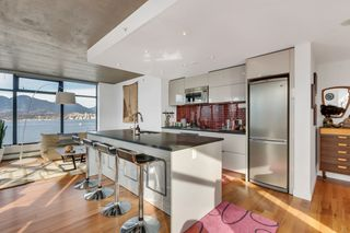 """Photo 3: 2110 128 W CORDOVA Street in Vancouver: Downtown VW Condo for sale in """"WOODWARDS W43"""" (Vancouver West)  : MLS®# R2394432"""