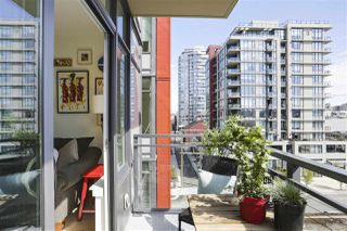 """Photo 4: 703 38 W 1ST Avenue in Vancouver: False Creek Condo for sale in """"THE ONE BY PINNACLE"""" (Vancouver West)  : MLS®# R2450251"""