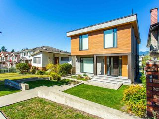 Photo 3: 627 E 28TH Avenue in Vancouver: Fraser VE House for sale (Vancouver East)  : MLS®# R2499085