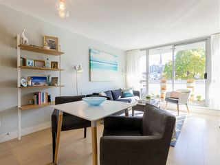 """Photo 10: 330 2008 PINE Street in Vancouver: False Creek Condo for sale in """"MANTRA"""" (Vancouver West)  : MLS®# R2412400"""