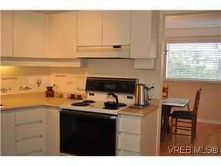 Photo 4: 202 945 McClure Street in VICTORIA: Vi Fairfield West Condo Apartment for sale (Victoria)  : MLS®# 287984