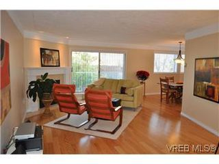 Photo 1: 202 945 McClure Street in VICTORIA: Vi Fairfield West Condo Apartment for sale (Victoria)  : MLS®# 287984