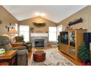 """Photo 4: 24 8555 209TH Street in Langley: Walnut Grove Townhouse for sale in """"AUTUMNWOOD"""" : MLS®# F2914453"""