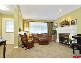 """Photo 3: 24 8555 209TH Street in Langley: Walnut Grove Townhouse for sale in """"AUTUMNWOOD"""" : MLS®# F2914453"""
