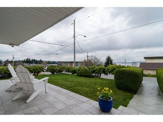"""Photo 2: 15789 CLIFF Avenue: White Rock House for sale in """"EAST BEACH HILLSIDE"""" (South Surrey White Rock)  : MLS®# R2456817"""