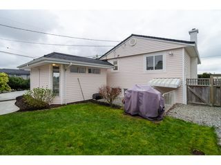 """Photo 30: 15789 CLIFF Avenue: White Rock House for sale in """"EAST BEACH HILLSIDE"""" (South Surrey White Rock)  : MLS®# R2456817"""