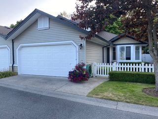 """Photo 2: 5 6488 168 Street in Surrey: Cloverdale BC Townhouse for sale in """"Turnberry"""" (Cloverdale)  : MLS®# R2484606"""
